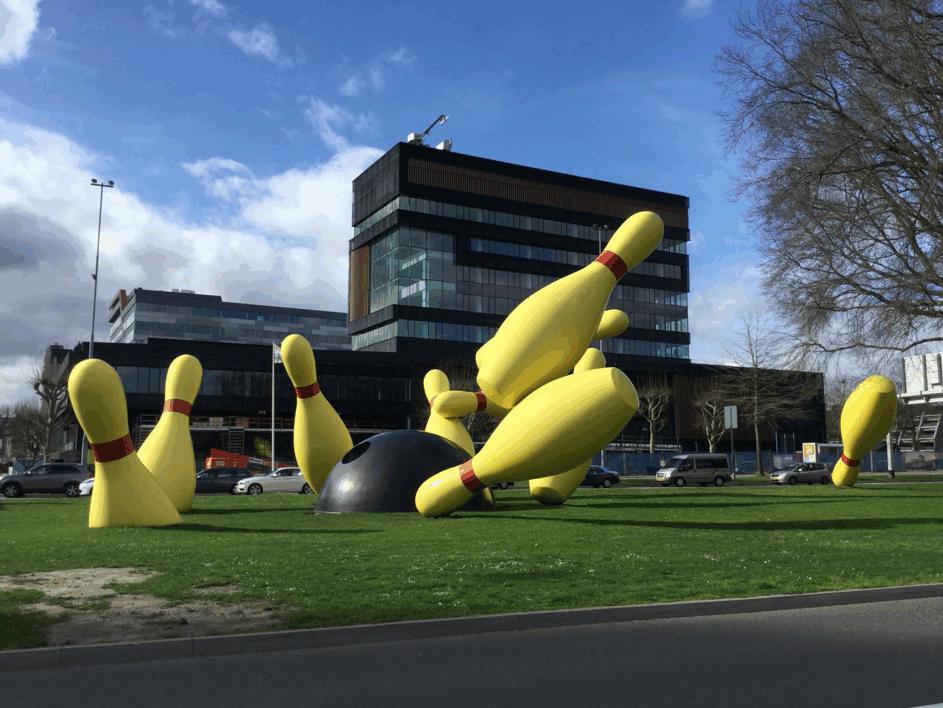 Claes Oldenburg en Coosje van Bruggen, Flying Pins, Eindhoven 2000